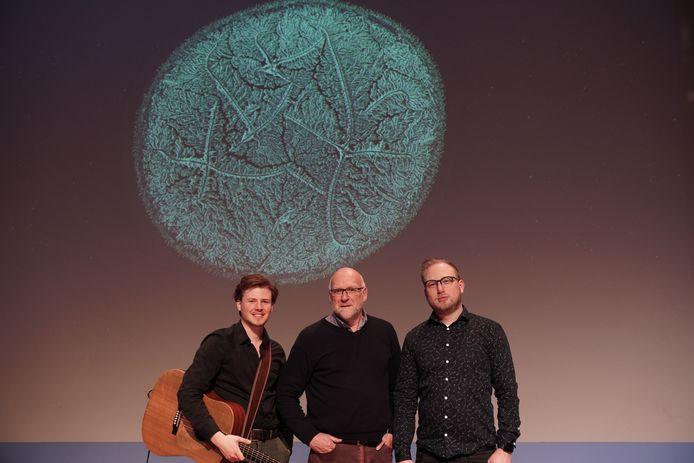 Ad Vingerhoets met zijn metgezellen Oliver Pesch en Maurice Mikkers in het theater. Boven hen een foto van uitvergrote kristallen, die overblijven als tranen zijn opgedroogd.