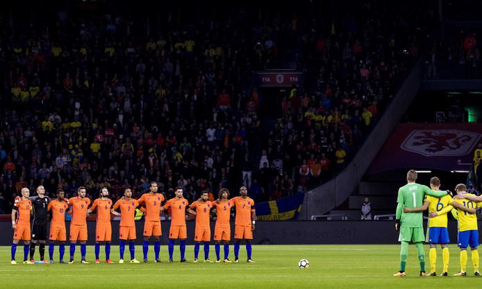 Het Nederlands elftal houdt in de Johan Cruijff Arena een minuut stilte ter nagedachtenis aan burgemeester Eberhard van der Laan. Oranje speelt tijdens de cruciale interland in de hoofdstad tegen Zweden met rouwbanden.