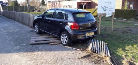 Weer rijdt een auto de tuin in aan de Coba Ritsemastraat in Hengelo