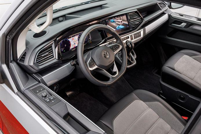 Het interieur (dit is een zeer luxe Multivan) doet aan als een personenauto.