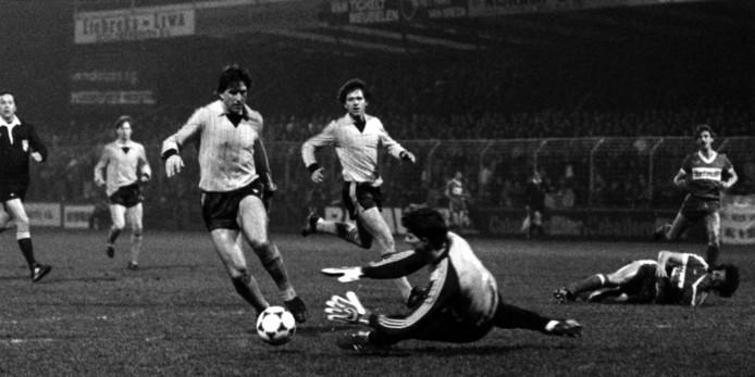 Bob Latchford in actie tegen FC Twente. Geert Meijer (m) kijkt toe.