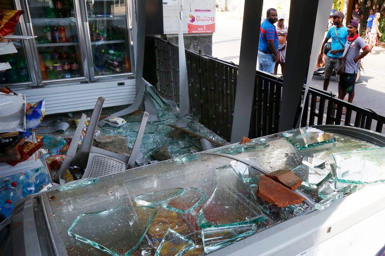 Een verwoeste winkel in Negombo. Beeld EPA