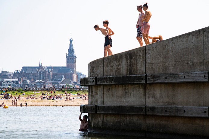 Verkoeling zoeken in de populaire Spiegelwaal wordt wegens blauwalg afgeraden.