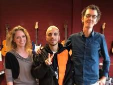 Zanger Fais even terug op oude school in Spijkenisse