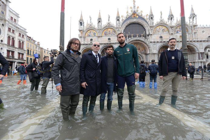 De Italiaanse teammanager Gianluca Vialli (tweede van links) en Gianluigi Donnarumma (tweede van rechts).