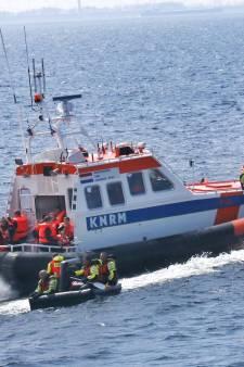 KNRM redt persoon van zinkend schip bij Maximacentrale