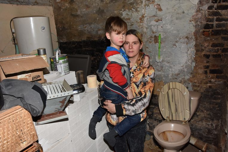 Fanny Vanlerberghe met 5-jarig zoontje Jaidy aan hun toilet.