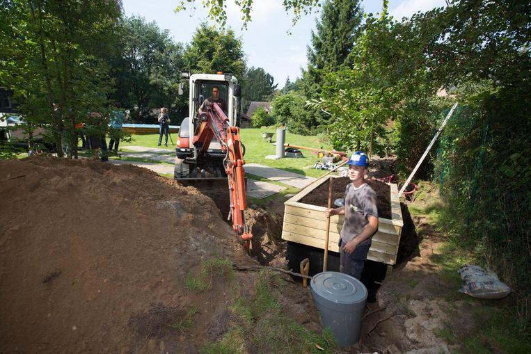 Enkele werkmannen voerden gisteren bij een gezin al werken uit aan het rioleringstelsel.