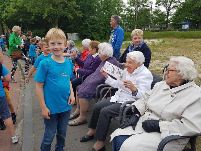 Tijdens de Wandel3daagse worden de kinderen ook aangemoedigd door bewoners van de Annenborch.