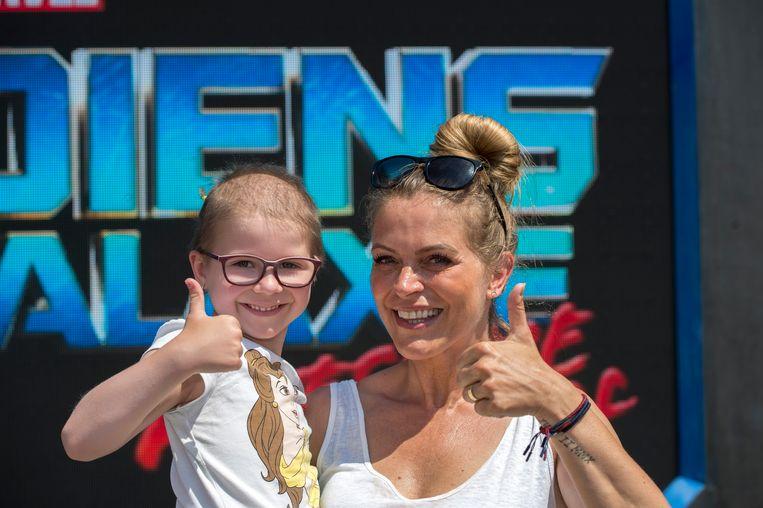 Karen Damen met een kindje dat vecht tegen kanker.