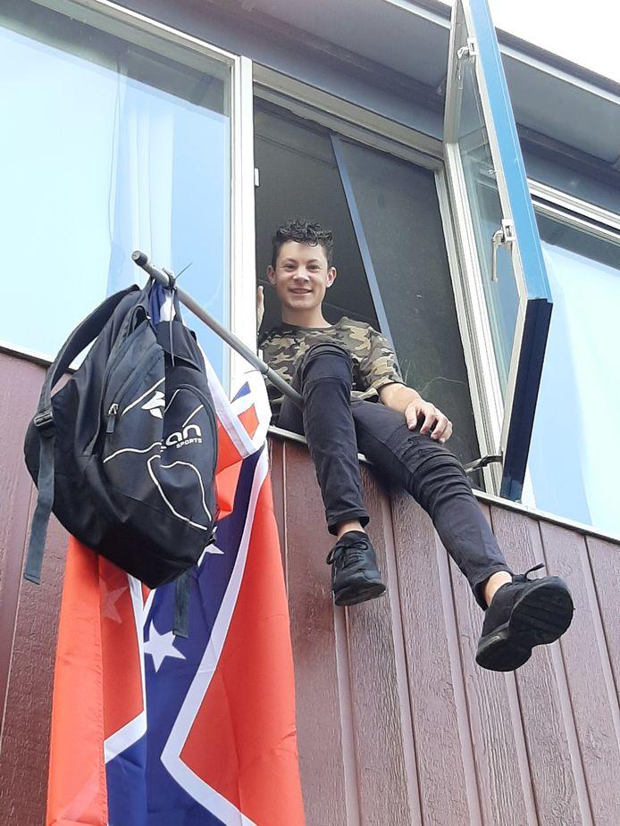 De in Olst woonachtige Indigo Wiegers (15) heeft op het Carmel College zijn vmbo-papiertje behaald.