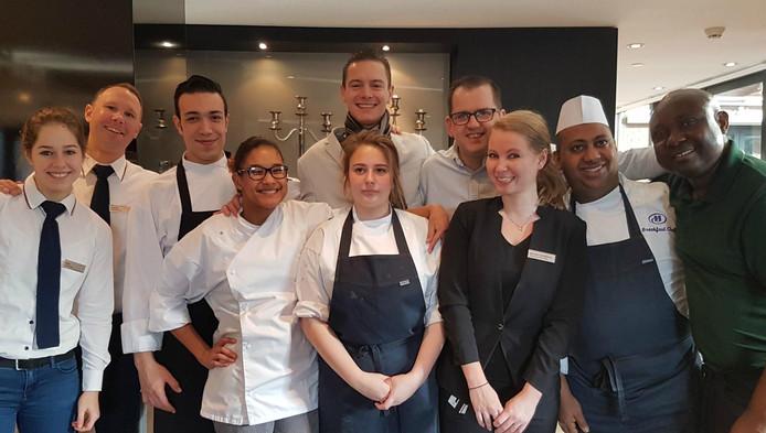 Johanna (vierde van links) en haar collega's van Hilton The Hague.