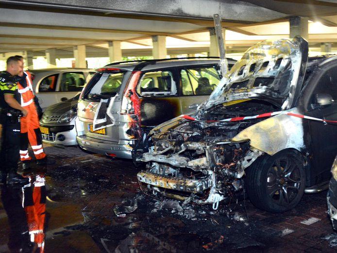 Parkeergarages moeten de laadpalen voor elektrische auto's verplaatsen naar een plek dichtbij de uitgang. Dat stelt het Woerdense gemeenteraadslid Jaap der der Does die zich zorgen maakt over de brandgevaarlijkheid in garages.