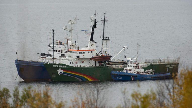 De Arctic Sunrise van Greenpeace in Moersmansk. Met schepen van de Russische inspectie aan weerszijden. Beeld epa