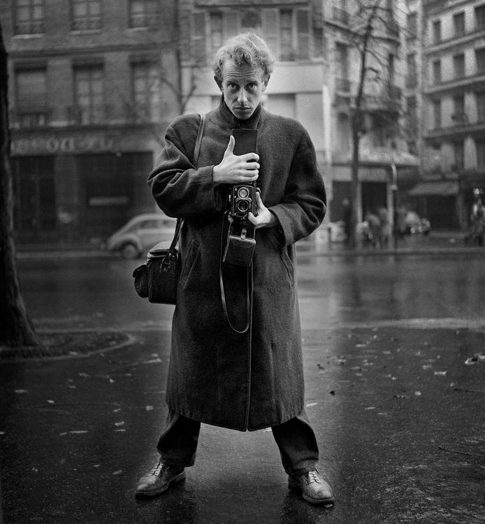 Zelfportret van fotograaf Ed van der Elsken uit 1950, gemaakt in Parijs