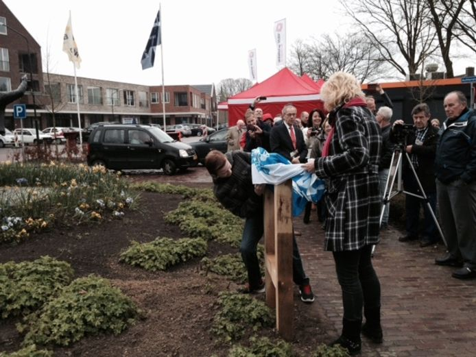 Robin en Jolanda Vermeer (zoon en moeder) onthullen de plaquette.