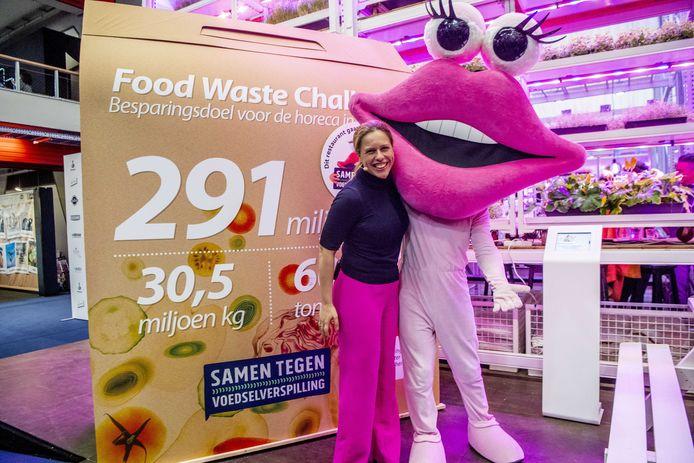 Minister Schouten van Landbouw, Natuur en Voedselkwaliteit presenteert het nieuwe logo tegen voedselverspilling in de horeca.
