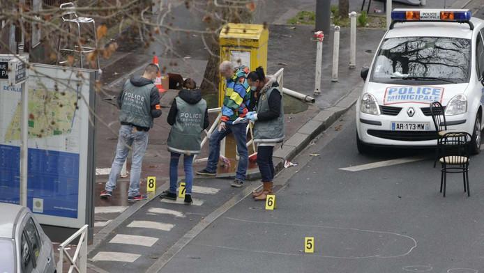 De plek waar de politie-agent neergeschoten werd in Montrouge wordt onderzocht.