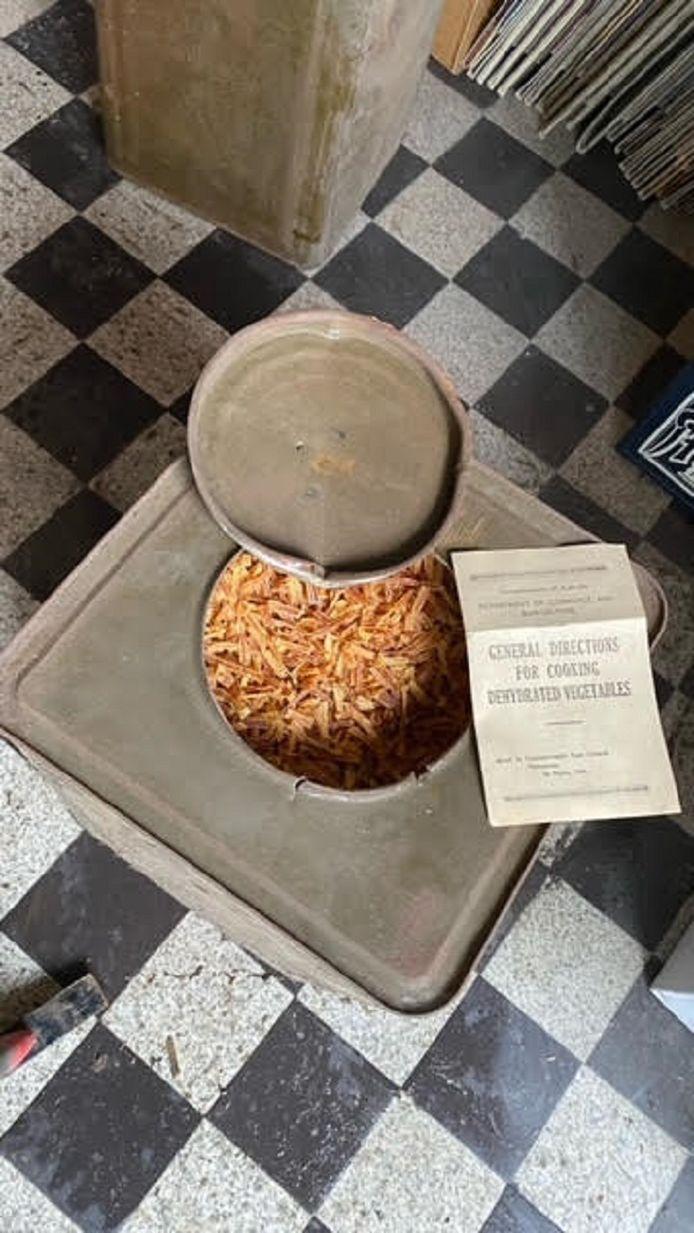 Het blik gedroogde aardappelreepjes met de bereidingsinstructie. Linksonder is een stuk van de koevoet zichtbaar waarmee de twintiger de kist openbrak.