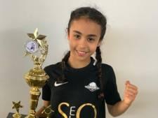 In de pocket! Kickbokser Amira Tahri (9) wint vierde Europese titel