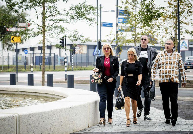 Klaas Otto (R) en familieleden komen aan bij de rechtbank van Breda voor een afpers-, witwas- en mishandelingszaak. Beeld ANP