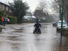 Straat blank door gesprongen waterleiding in Soest