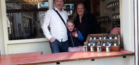 Coronacrisis: stroopwafelbakkers van De Lunchclub in Arnhem verkopen nu desinfectiespray