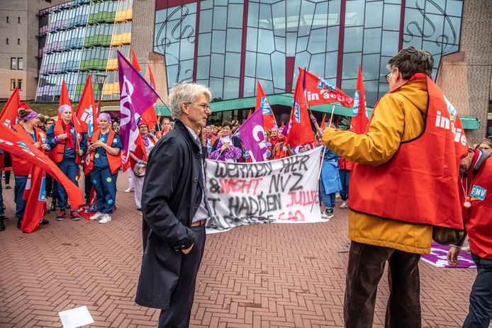 Bestuurvoorzitter Rob Dillmann van Isala in gesprek met actievoerders bij het ziekenhuis in Zwolle.