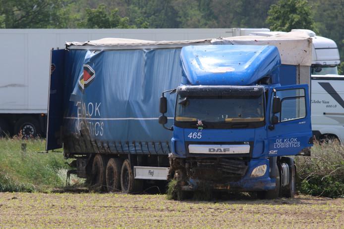 De vrachtwagen in het weiland langs de A73.
