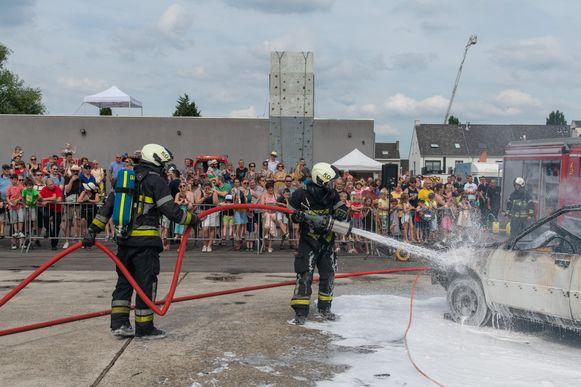 Brandweermannen van de post Kontich in actie tijdens een opendeurdag deze zomer.