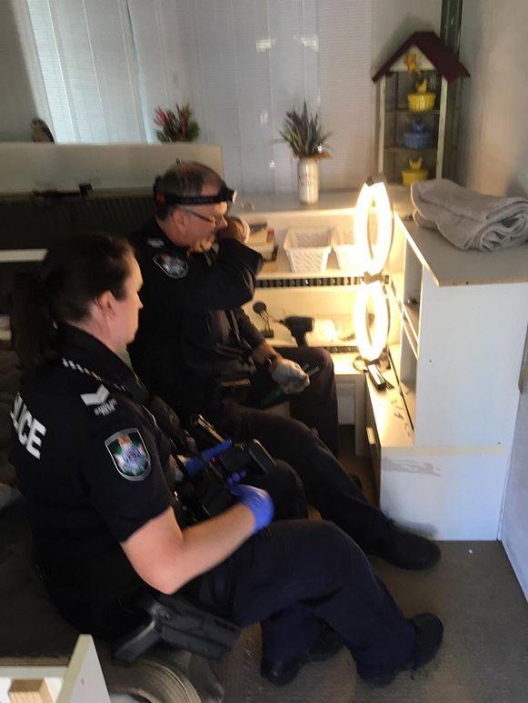 De agenten onderzoeken de verborgen camera naast het bed van de Nederlander.