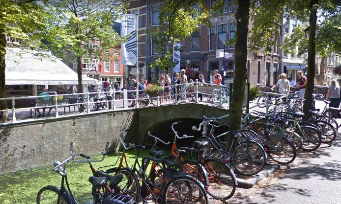 De Warmoesbrug is een hang-out op een van de mooiste plekken van Delft.