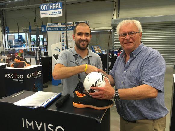 RMV-voorzitter Geert Messiaen en Maarten Vermote van Decathlon bezegelen de samenwerking met een handdruk.
