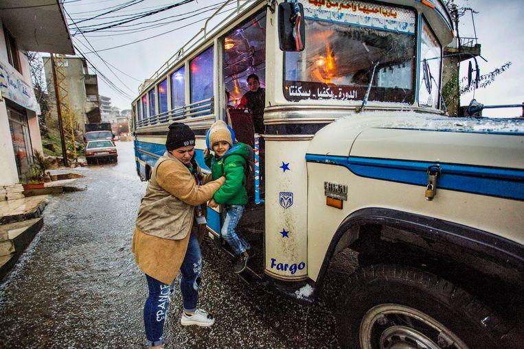 Onderwijs aan Syrische kinderen in Libanon. Kinderen worden opgehaald en weer thuis gebracht met de schoolbus. Beeld Arie Kievit