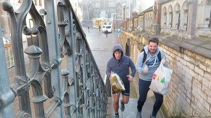Joggen met plastic afvalzak in aanslag