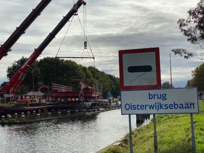 Daar gaat een deel van de brug over de Oisterwijksebaan.