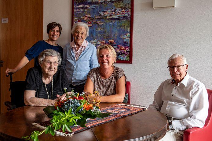 Eigenaresse Wilma van Seventer (midden voor), en verpleegkundige & MT - lid Nikkie (links achter), met een drietal bewoners van Woonzorgcentrum Ter Wal.