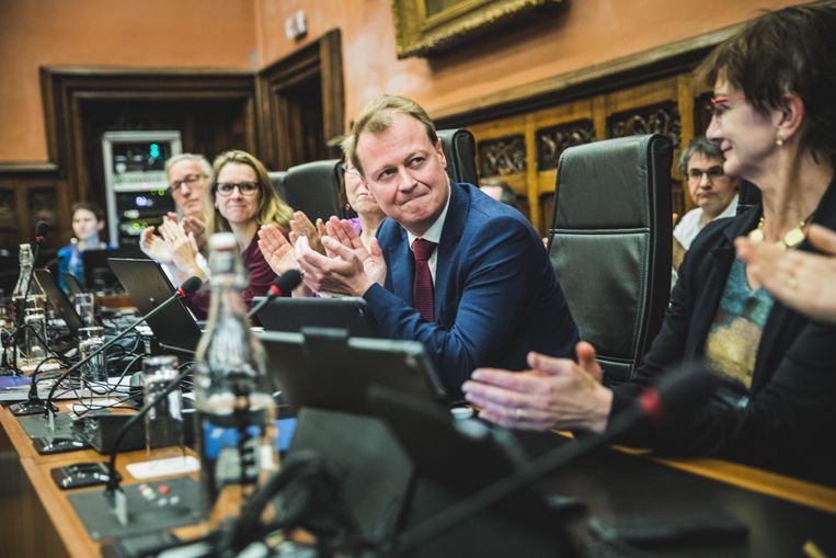 De laatste gemeenteraad van de legislatuur onder burgemeester Daniel Termont met het emotionele afscheid van schepen Christophe Peeters (midden).