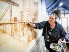 Hilda Haselberg schildert mini-stripverhaal op groot formaat in Borculo