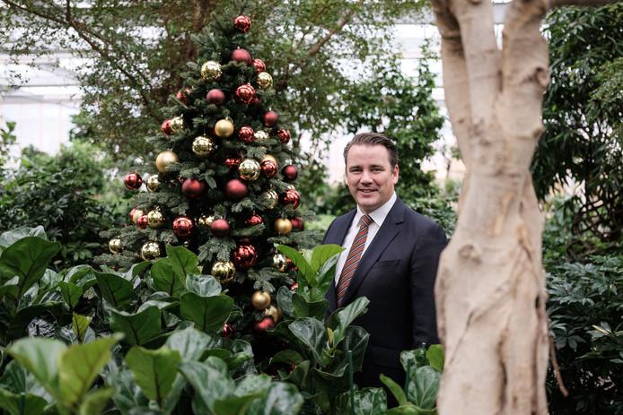 Harri Smit bij één van de 3500 kerstbomen van Ambius.