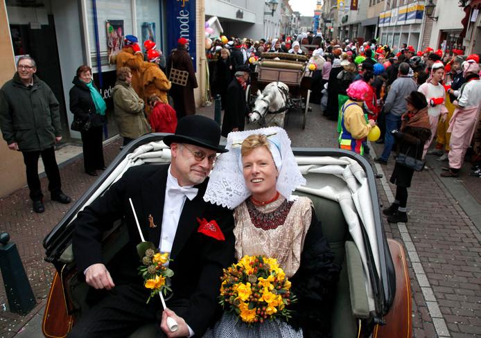 Het echtpaar Ut Acteurke (links) en Snelle Loeke klaar voor de bruiloft tijdenhet carnaval van 2009.