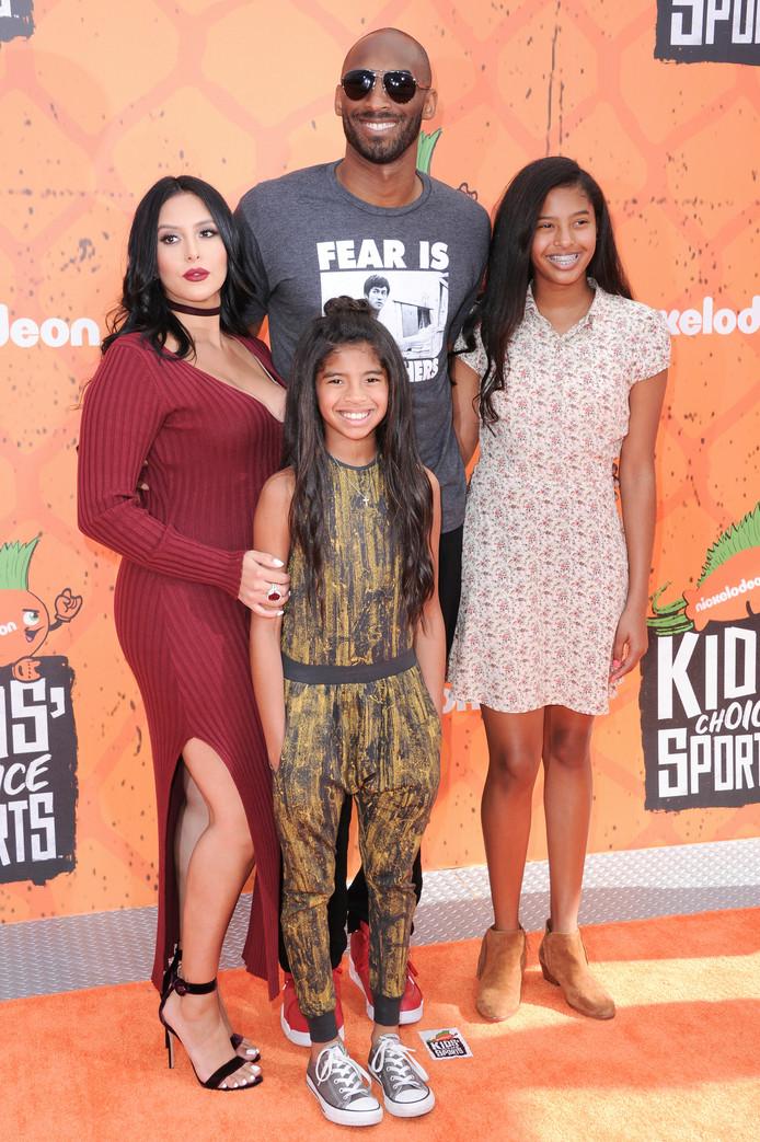 Kobe Bryant hier in de zomer van 2016 als de familieman die hij was. Naast hem zijn vrouw Vanessa en zijn dochters Natalia en Gianna. Afgelopen zomer kreeg Bryant nog een derde dochter.