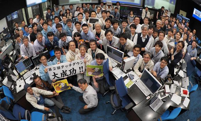 De Japanners zijn er als eerste in geslaagd materiaal van een ruimteobject, anders dan de maan, te verzamelen.