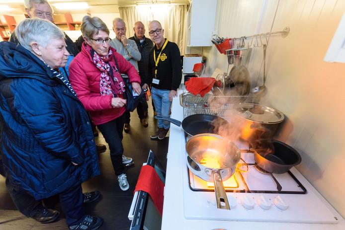 Oldenzaalse ouderen brengen een bezoek aan de Risk Factory in Enschede. Hier ervaren ze wat er gebeurt als de vlam letterlijk in de pan slaat. Als het aan de directie van de Veiligheidsregio Midden- en West-Brabant ligt, krijgt ook deze regio een Riks Factory.