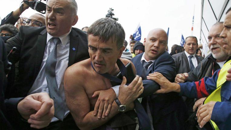 Xavier Broseta, HR-topman bij Air France, werd letterlijk de kleren van het lijf gescheurd door boze werknemers.
