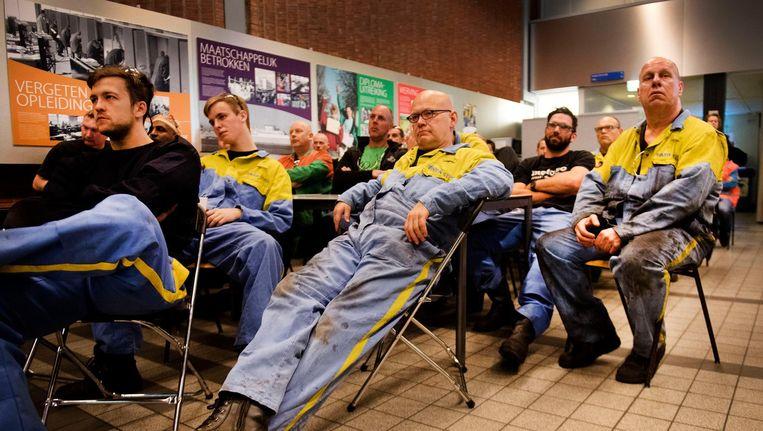 Medewerkers van Tata Steel luisteren naar vertegenwoordigers van vakbond FNV tijdens een informatiebijeenkomst in IJmuiden Beeld Olaf Kraak/ANP