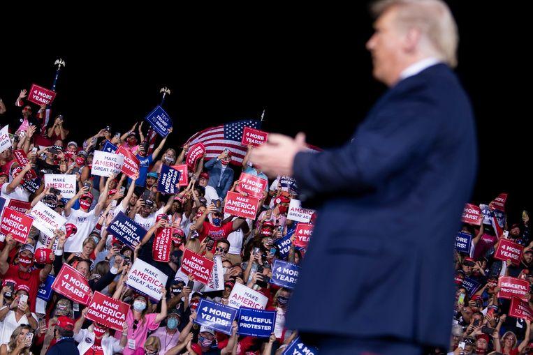 Trump wordt toegejuicht door het publiek tijdens zijn campagnebijeenkomst in Jacksonville, Florida. Beeld AFP
