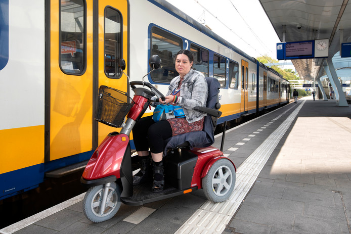 Geta met scootmobiel bij trein