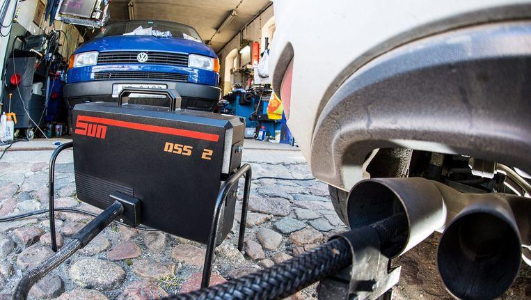 De uitstoot van een Volkswagen golf Diesel wordt gemeten. Beeld afp