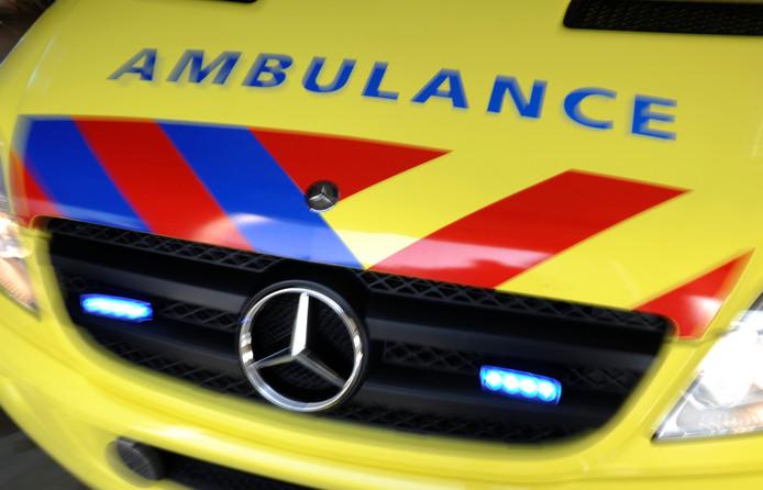 De voetganger die door een RET-bus is aangereden is per ambulance naar het Erasmus MC gebracht.